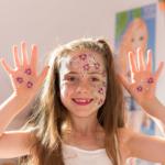 Colorella Kinderspass - Leni freut sich über ihre bunten Farben