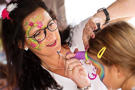 Colorella: Sandra Rößler beim Kinderschminken